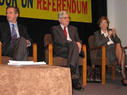 Jean-Pierre Chevènement entouré de Nicolas Dupont-Aignan et Marie-Noëlle Lienemann, dimanche 2 décembre 2007 à la Maison de la Chimie, à Paris